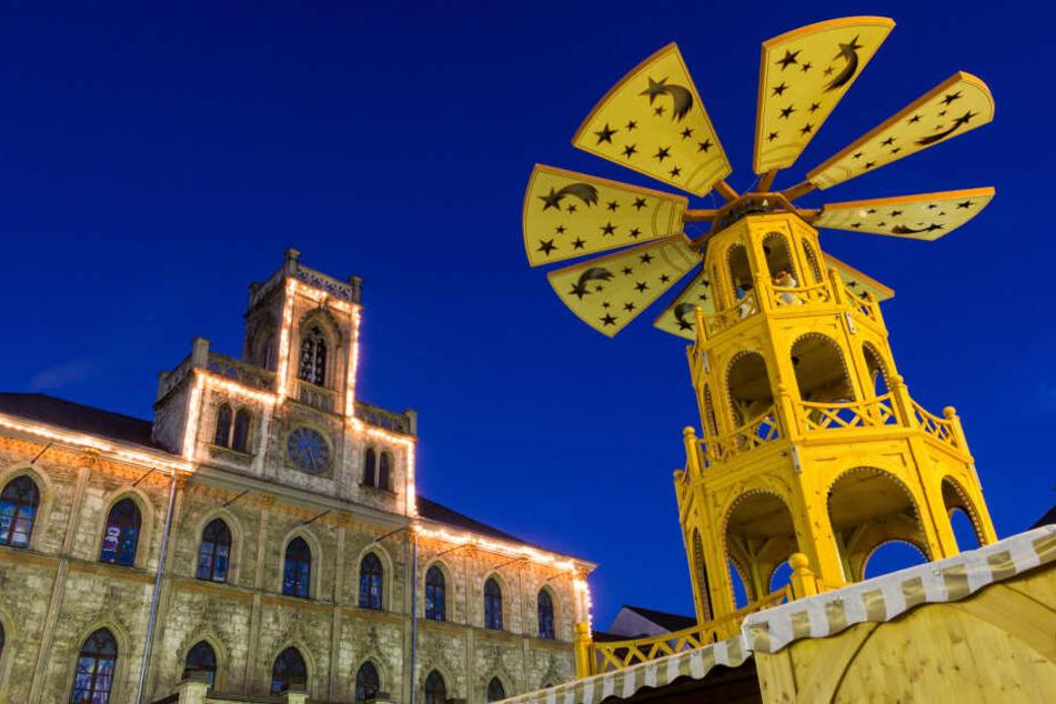 Auch in Weimar funkeln die Lichter auf dem Weihnachtsmarkt.