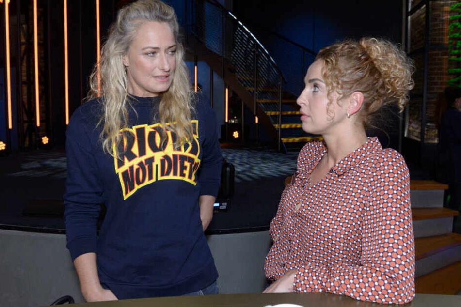 Maren spricht mit Nina im Mauerwerk.