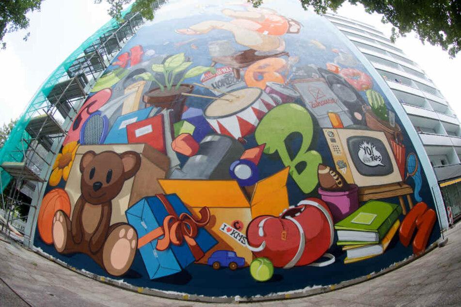 Riesen-Graffiti machen die Platte am Brühl bunt