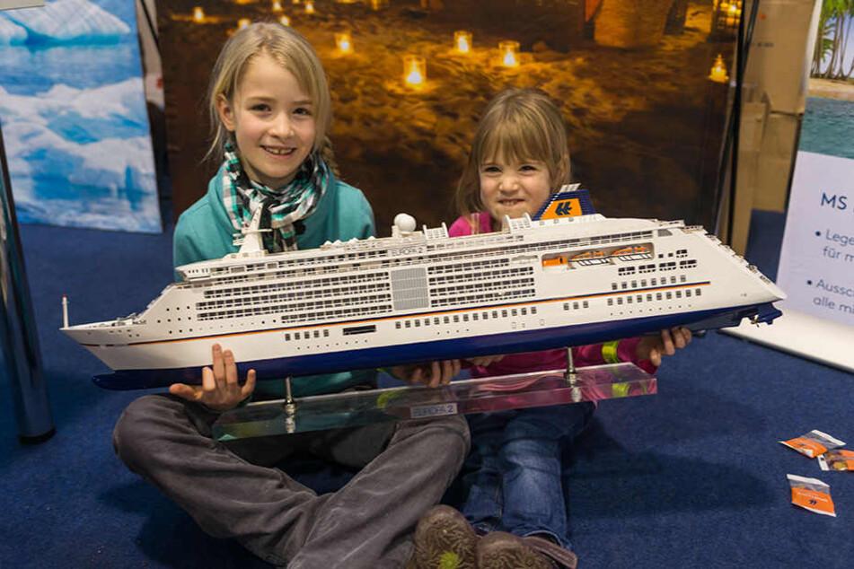 Kleine Kreuzfahrer: Nora (8, l.) und Carolin (5) schauen sich schon mal die  MS Europa 2 an.