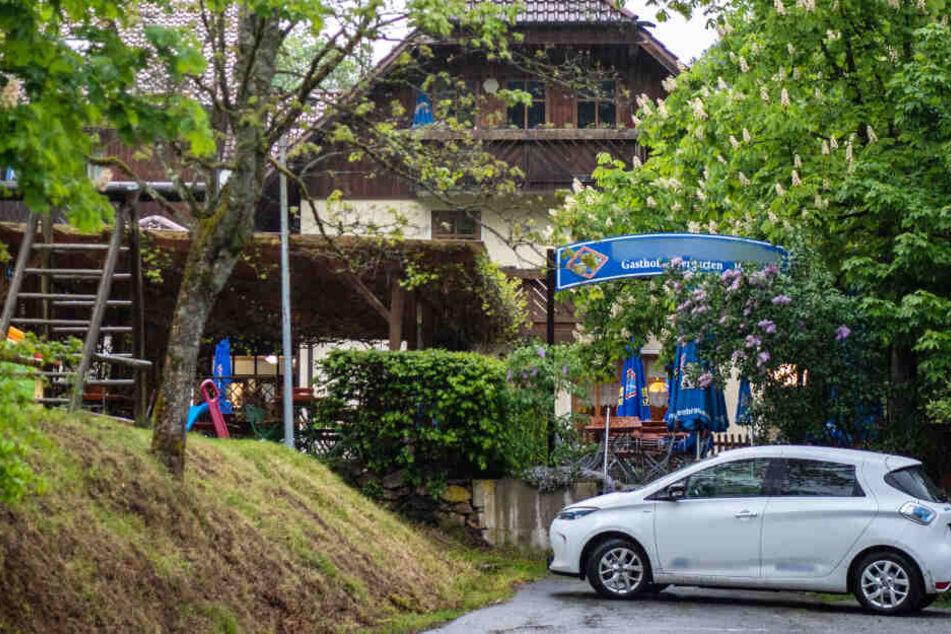 In einer Pension in Passau sind am Samstag drei Leichen gefunden worden.