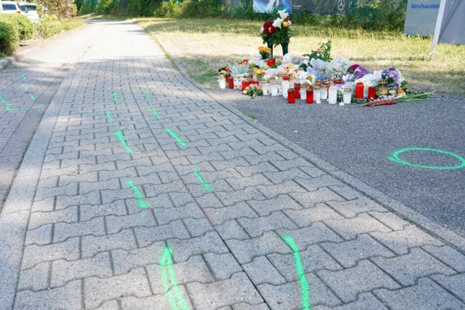 Teddybären, Kerzen und Blumen liegen an der Unfallstelle in Gaggenau.