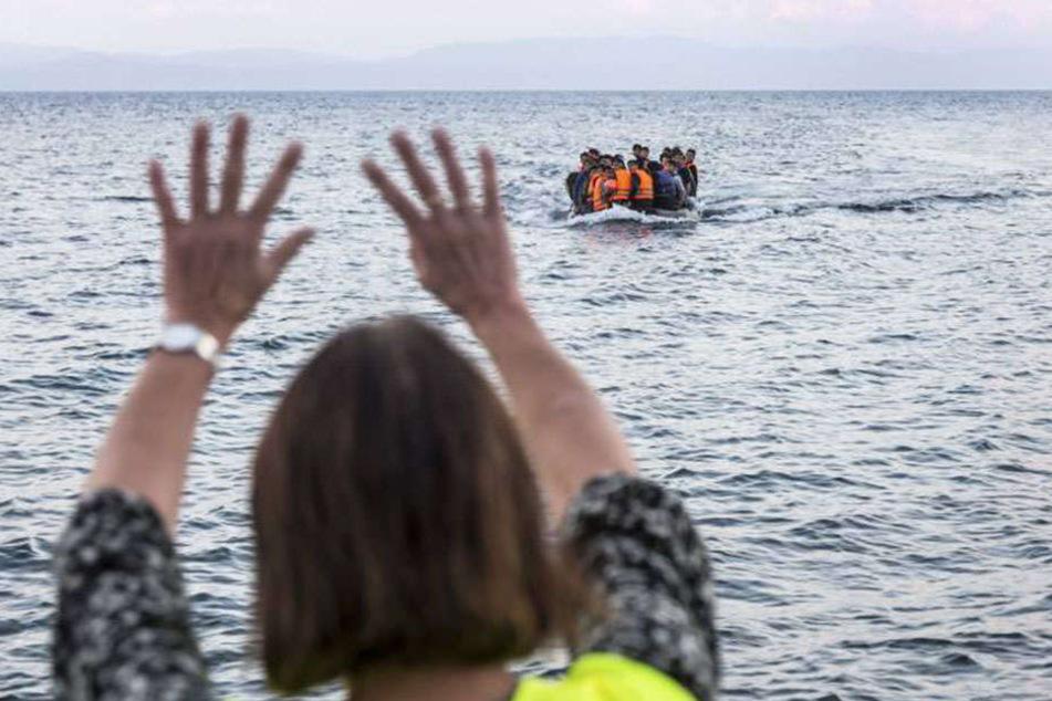 Haben Schleuser Bootsflüchtlinge mit Benzin abgefüllt, um sie auf der Überfahrt ruhig zu stellen?