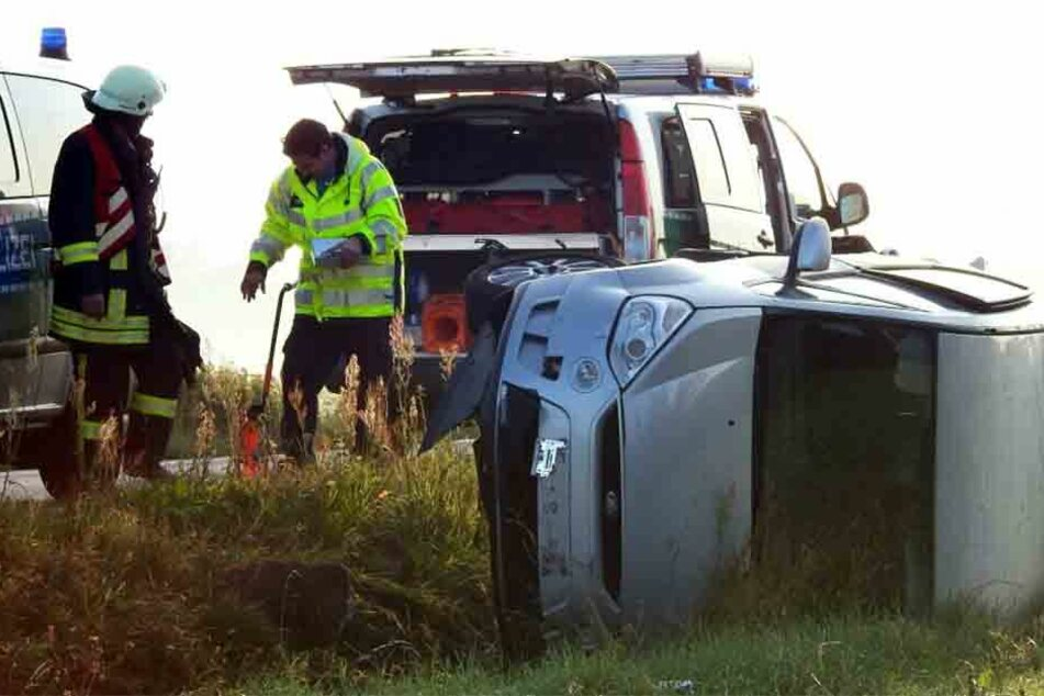 Der Ford wurde in einen Straßengraben geschleudert.