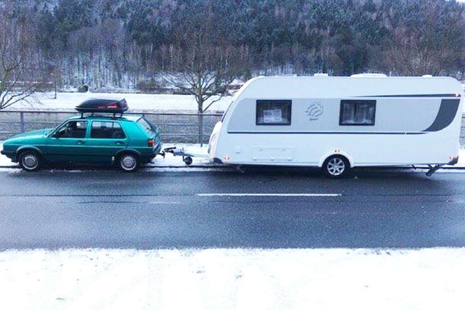 1000-Euro-Golf zieht 20.000-Euro-Wohnwagen: Das kam der Polizei verdächtig vor.