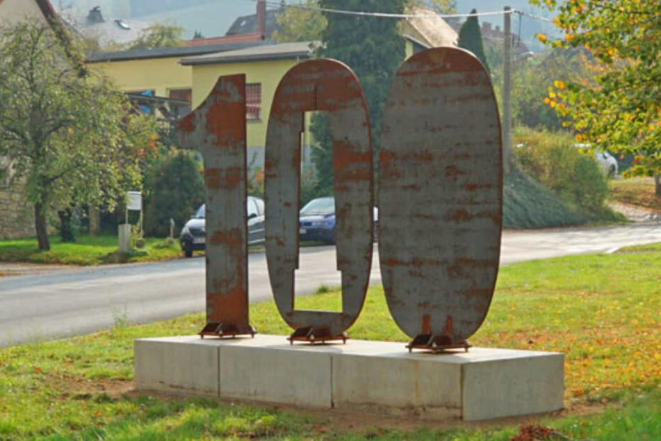 Jetzt in Niederhäslich: Der sechs Tonnen schwere Jahrhundert-Koloss wandert durch Freitals Stadtteile.