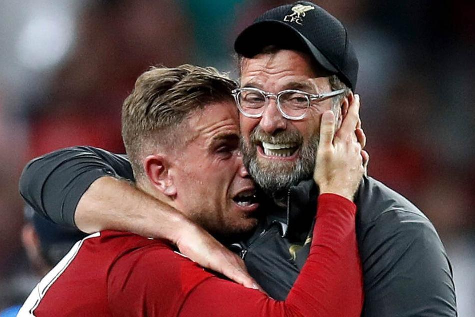 Jordan Henderson (l) aus Liverpool feiert den 2:0-Sieg mit Trainer Jürgen Klopp.