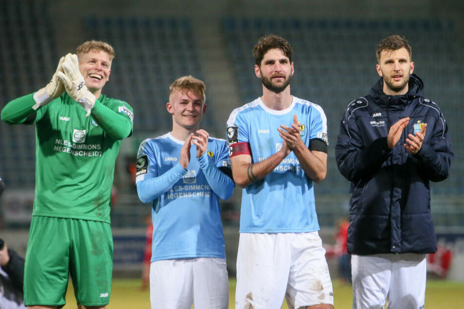 Nach dem Abpfiff hieß es feiern mit den Fans: (v.l.) Jakub Jakuboc, Philipp Sturm, Niklas Hoheneder und Dejan Bozic.