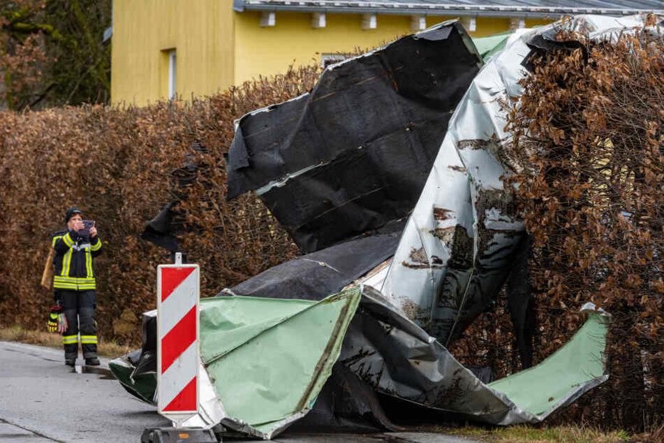 Passau: Teile eines Dachs von einem Gartencenter liegen auf einer Straße.