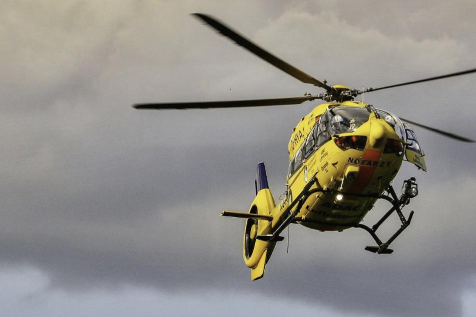 Ein Motorradfahrer wurde in Bayern mit einem Rettungshubschrauber nach einem Unfall in ein Krankenhaus geflogen. (Symbolbild)