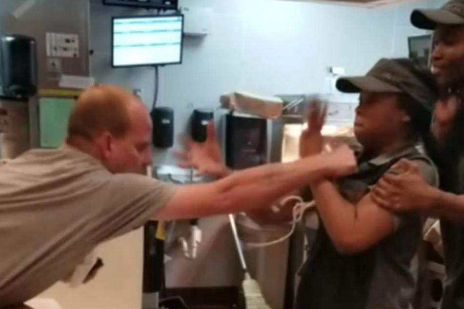 Mann prügelt auf McDonald's-Mitarbeiterin ein, weil er keine Strohhalme bekam