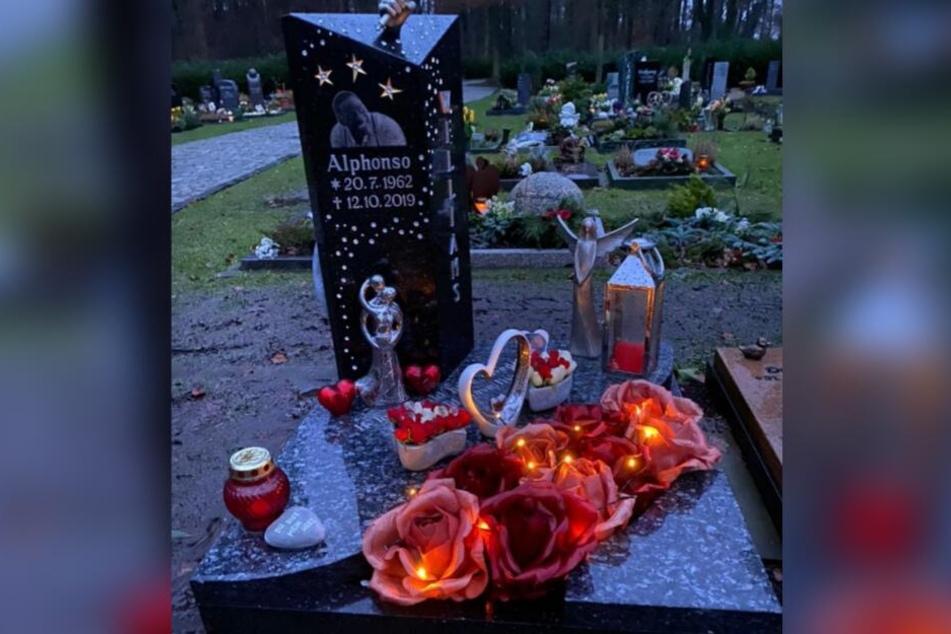 Die Familie hat das Grab des Sängers liebevoll dekoriert.