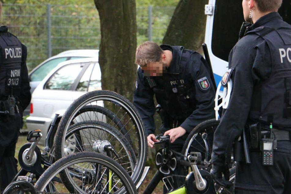 Ein Polizist überprüft Fahrräder.