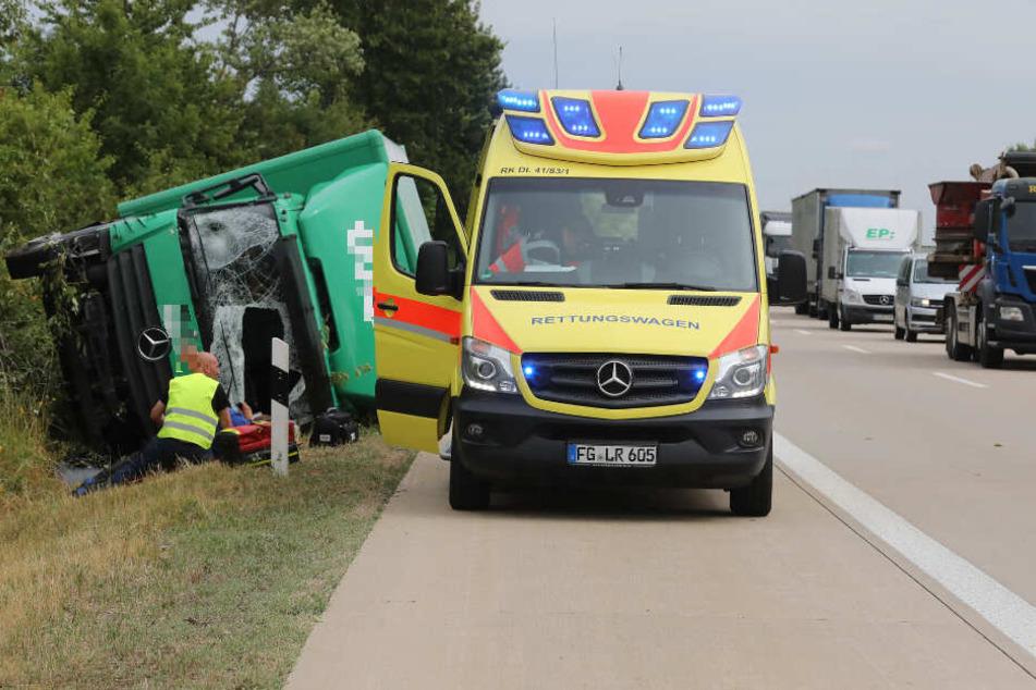 Zwischen Döbeln-Ost und Döbeln-Nord fuhr der Lastwagen in eine Böschung und kippte auf die Fahrerseite.