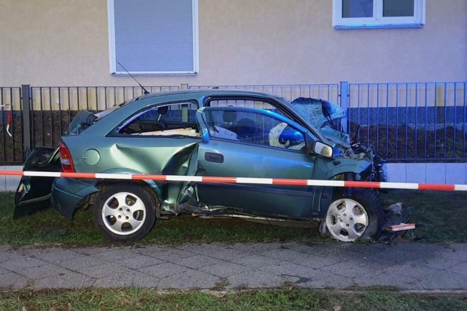 Das Auto war mit voller Wucht gegen einen Stromkasten geknallt.