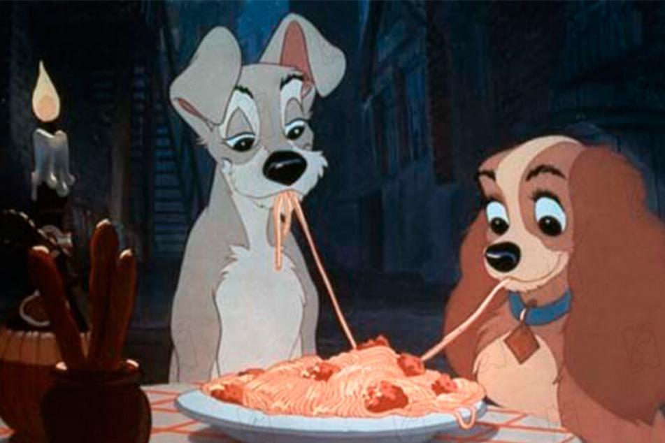 Schon 1955 ließen die beiden Hunde die Herzen von Tierliebhabern dahinschmelzen, damals allerdings noch als Zeichentrick-Pärchen.