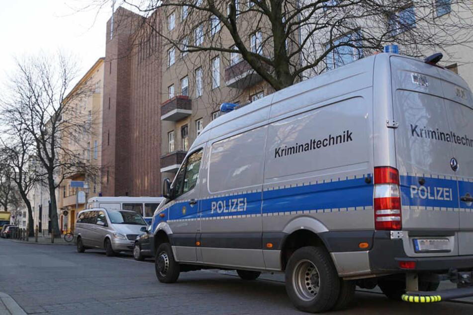 Vor dem Gebäude der katholischen Gemeinde steht ein Fahrzeug der Kriminaltechnik.