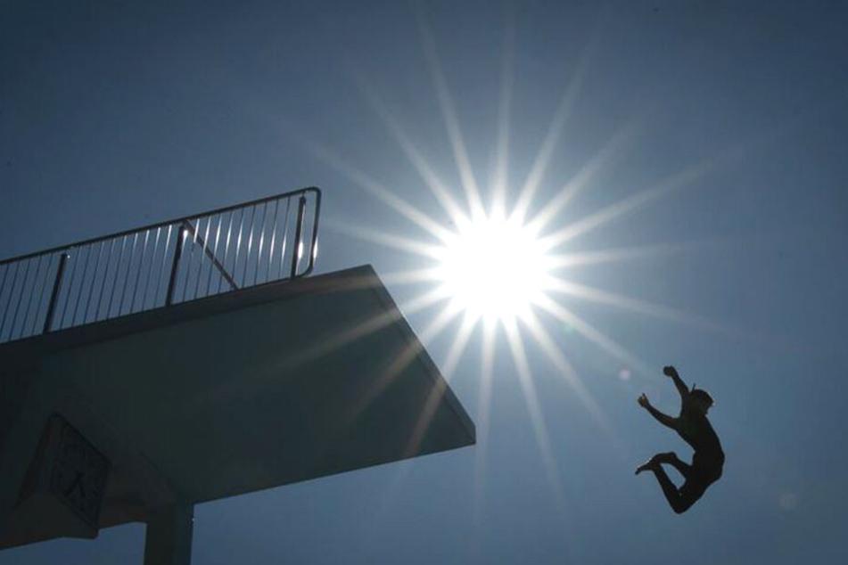 Abkühlung tut gut! Eine Freibad-Besucherin springt ins Becken.