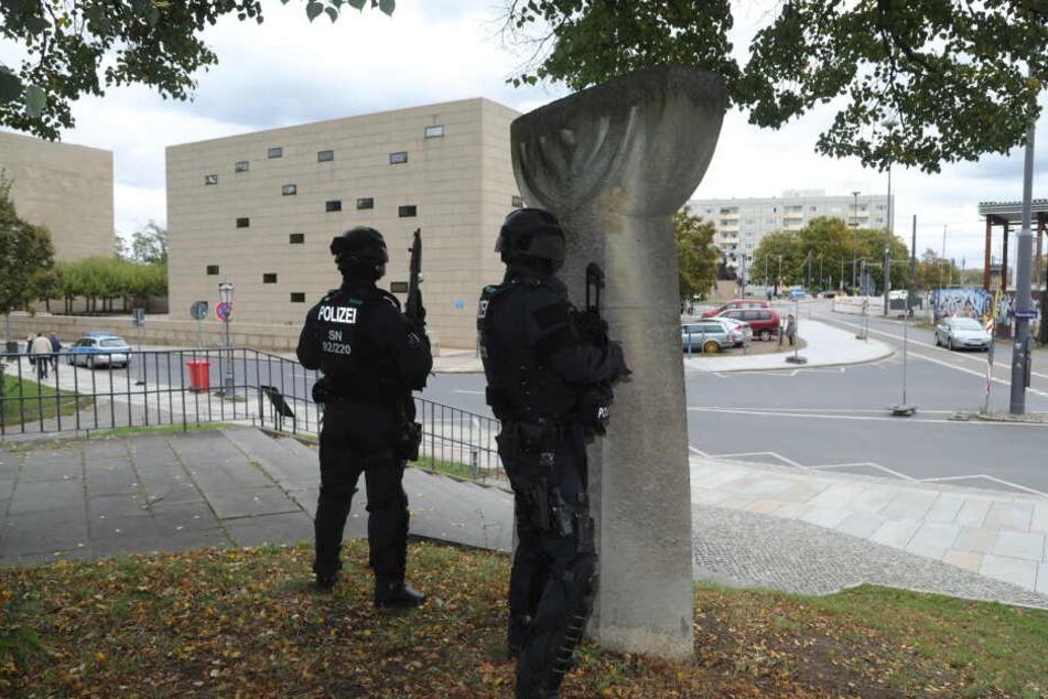 Polizei vor einer Dresdner Synagoge.