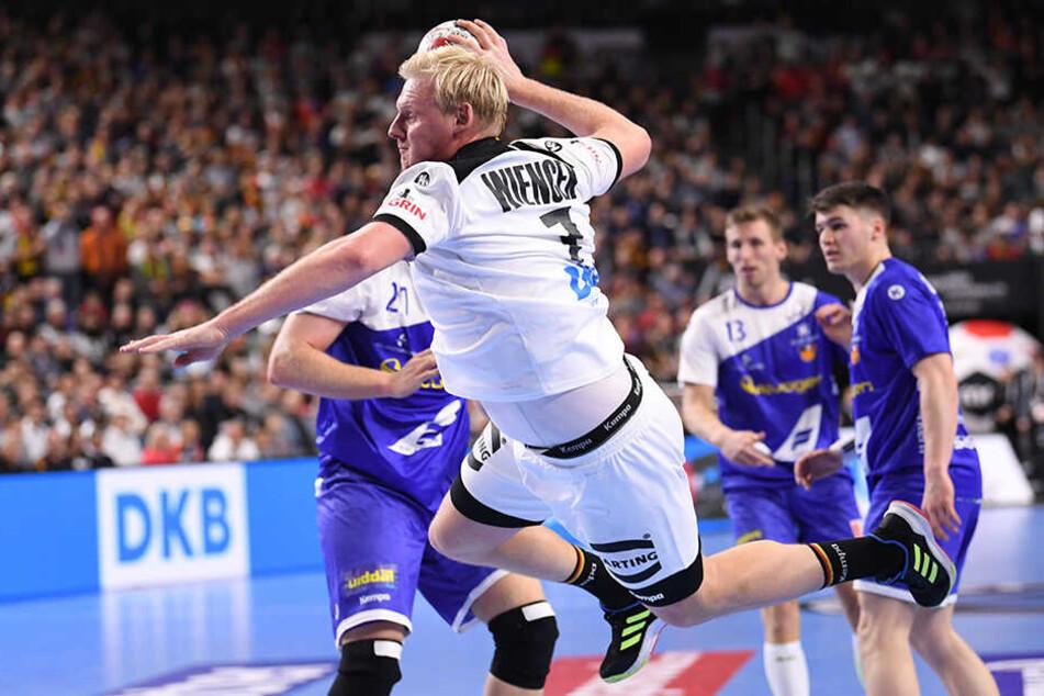 Deutschlands Patrick Wiencek beim Sprungwurf gegen Island.