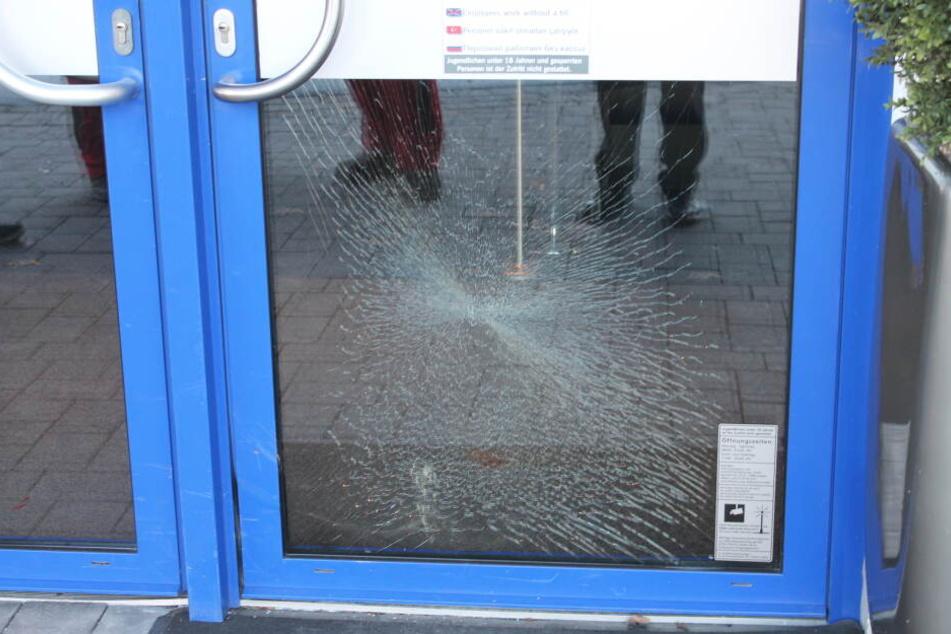 Die Tür der Spielhalle hat durch den Angriff gelitten.