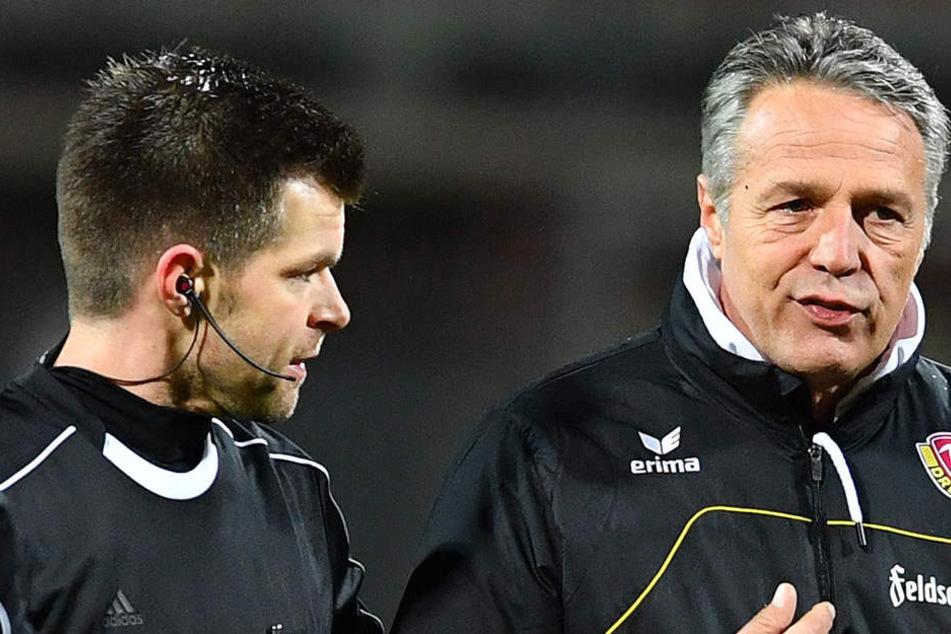 Uwe Neuhaus (r.) schimpft mit  Schiri Alexander Sather.