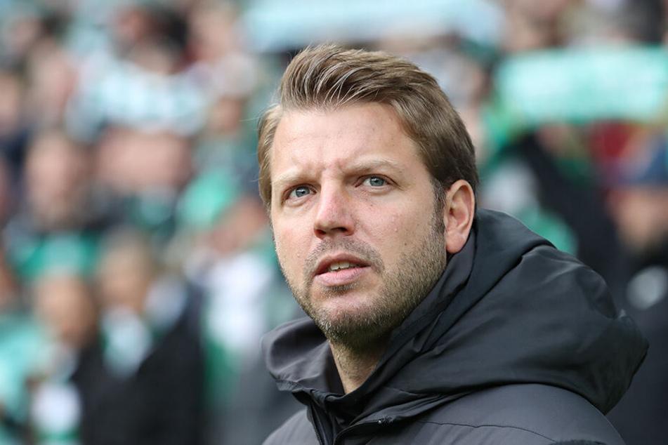 Bremen-Coach Florian Kohfeldt sucht auf der Innenverteidiger-Position noch fieberhaft nach Verstärkungen.