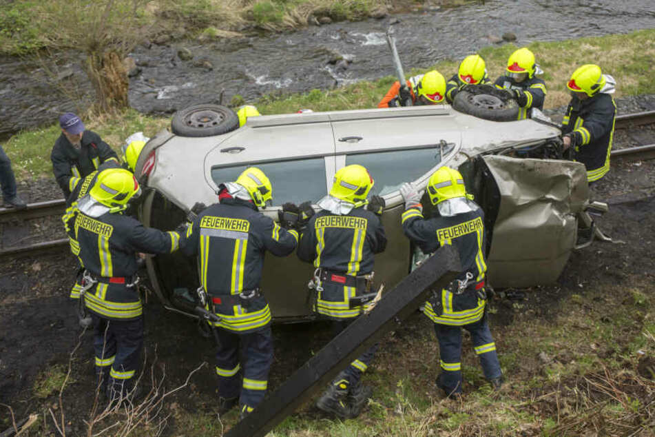 Die Feuerwehr konnte das Auto wieder auf die Räder stellen und von den Gleisen wegbringen.