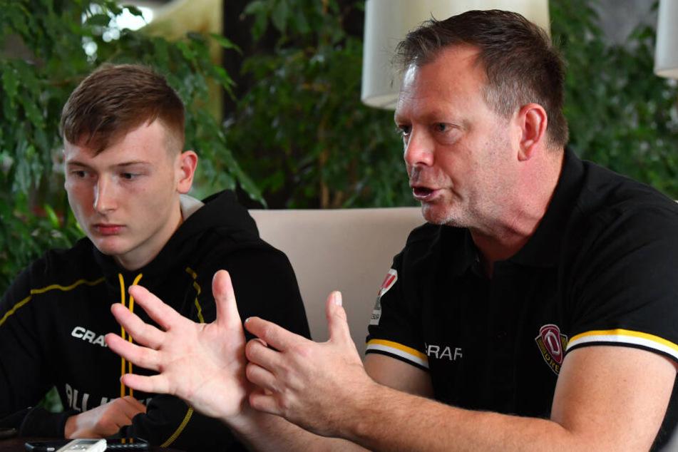 Markus Schubert mit nachdenklichem Blick (li.) während Brano Arsenovic versucht klarzumachen, welche Berge Dynamo für den jungen Keeper versetzt hat.