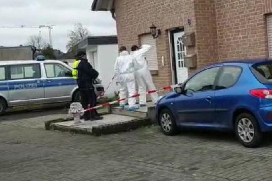 Blutüberströmt: Polizei findet drei Tote in Haus