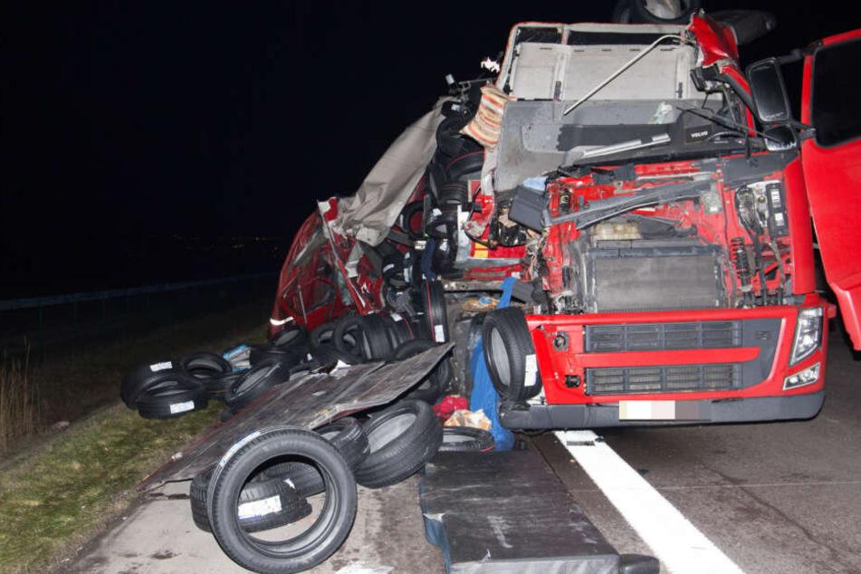 Laster-Crash auf der A4: Überall Reifen und Gemüse, Autofahrer behindern Retter
