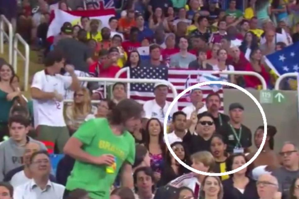 Zuschauer haben bei einem Kameraschwenk Kim Jong-un (32) mit Nordkorea-Flagge entdeckt.