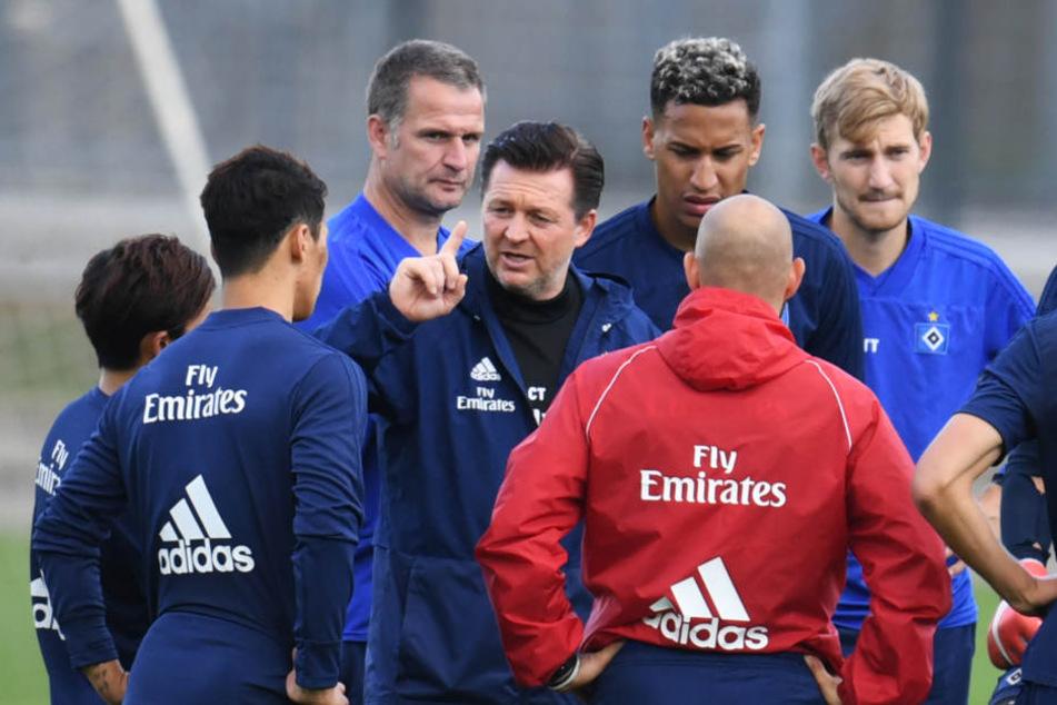 HSV-Trainer Christian Titz (Mitte) spricht mit zu seinem Team während des Trainings.
