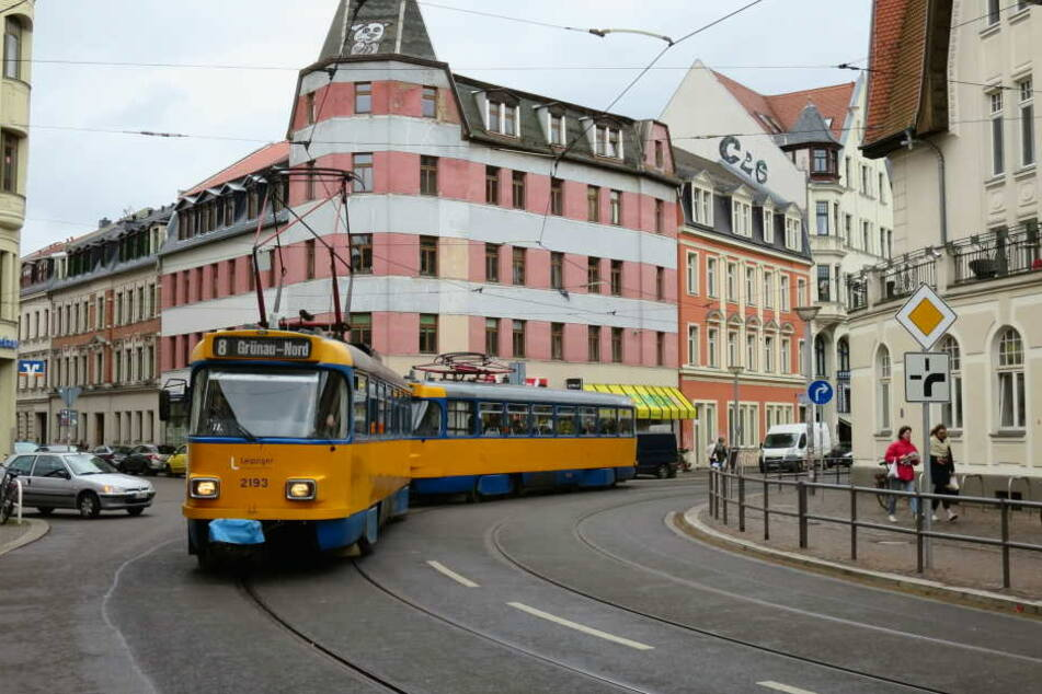 Der Wagen des 83-Jährigen landete im Gleisbett. Der Straßenbahnverkehr in Richtung Lausen war zeitweise gesperrt (Symbolbild).