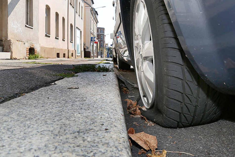 In der Frankenberger Straße wurden an fünf Autos die Reifen zerstochen.