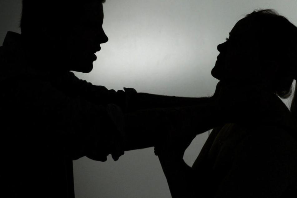 Sexueller Übergriff! Junge Frau von hinten umklammert und begrapscht