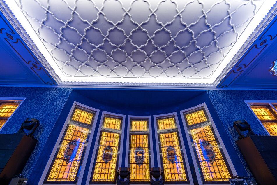 Diese Bleiglasfenster wurden bei den Renovierungsarbeiten hinter Trockenbauwänden gefunden und jetzt neu in Szene gesetzt.
