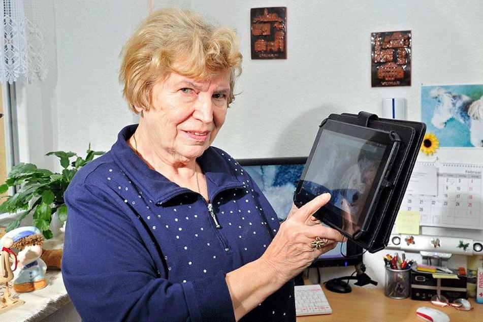 Brigitte Ekhardt (76) ist mit dem Tablet auf dem Stand der Technik.