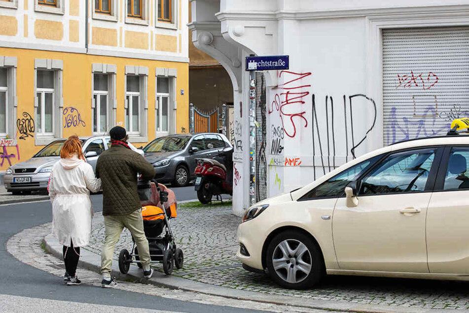 Damit Autos nicht die Kreuzungen zuparken, sollten ursprünglich nur Radbügel aufgestellt werden.