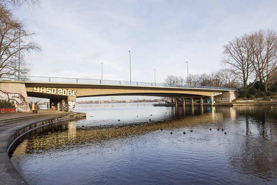 Unter der Kennedybrücke in Hamburg wurde am Sonntagabend ein 16-Jähriger getötet.
