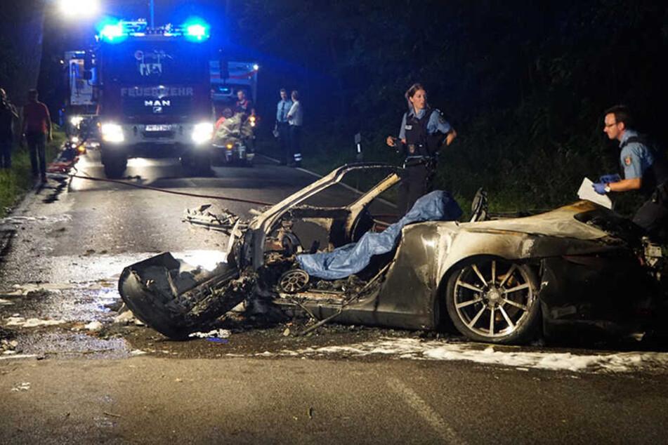 Die Polizei untersucht die Unfallstelle und das Fahrzeug nach möglichen Hinweisen.
