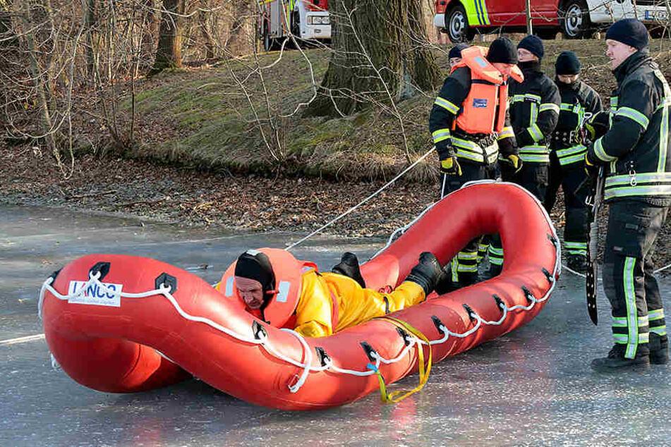 Lebensgefahr! Mann in Teich eingebrochen