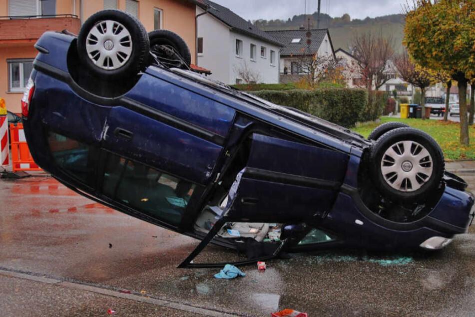 Bei dem Aufprall überschlug der Wagen und blieb auf dem Dach liegen.