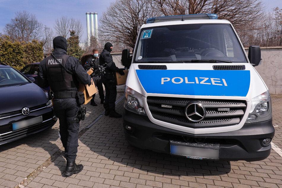 In Dresden wurden von den Beamten verschiedenste Drogen und auch eine Schreckschusswaffe beschlagnahmt.