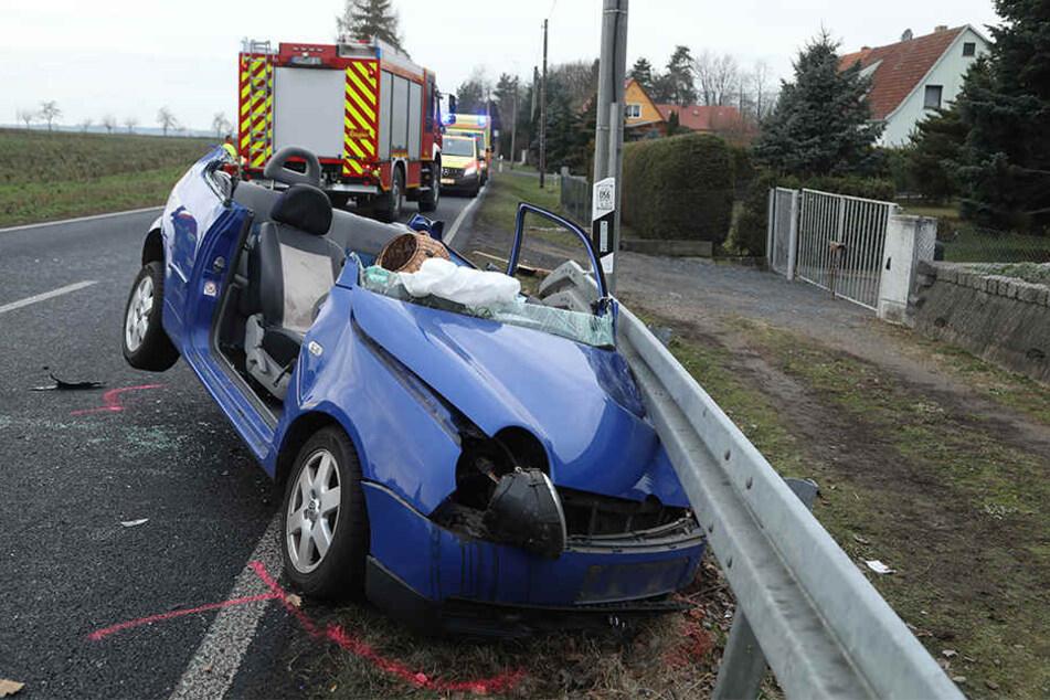 Die Unfallfahrerin musste von der Feuerwehr aus ihrem Auto befreit werden.