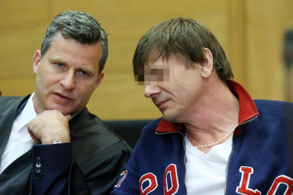 Anwalt Detlev Binder berät sich mit dem Angeklagten Artur T..