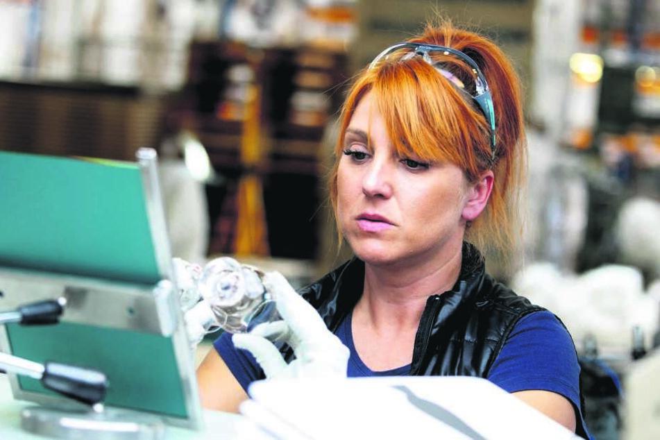 Alles Handarbeit: Agnieska Wróblewska (43) bei der Qualitätskontrolle. Ausschuss wird wiederverwertet.