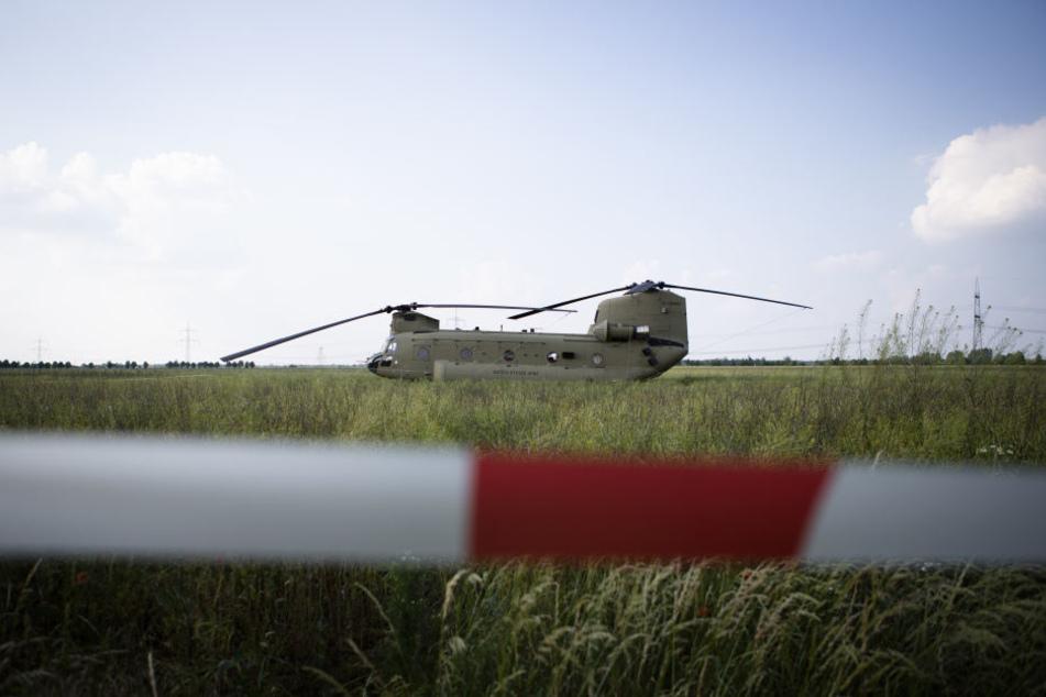 """Noch etwa drei bis vier Tage wird der US-Militärhubschrauber """"Chinook"""" auf einem Rapsfeld bei Delitzsch stehen bleiben."""
