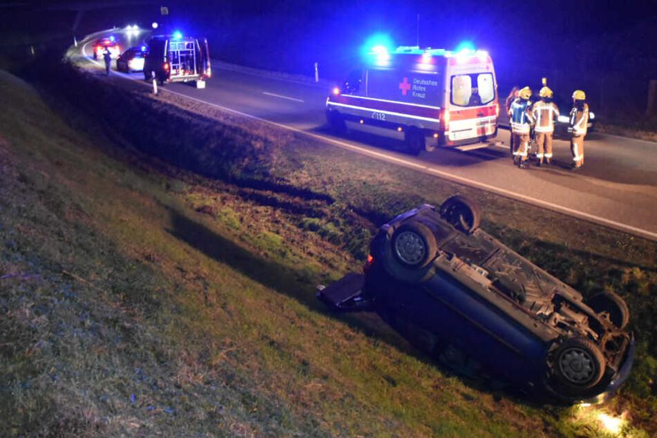 Heftiger Unfall! Autofahrer überschlägt sich auf Landstraße