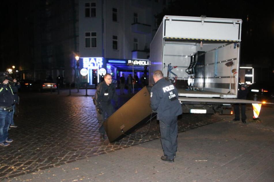 Die Polizei hat am Freitagabend ein Wettbüro im Wedding geschlossen und Spielautomaten beschlagnahmt.